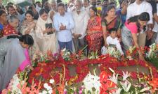 ys rajasekhara reddy family pays tributes ysr ninth death anniversary Photo Gallery - Sakshi