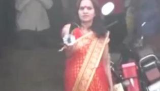Woman dares uttar pradesh police amid coronavirus lockdown