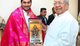 YS Jagan Mohan Reddy Meets Governor Biswabhusan Harichandan - Sakshi