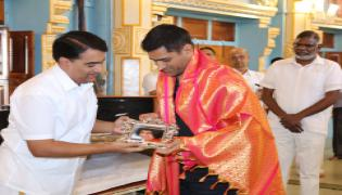 MS Dhoni Visits Puttaparthi Sri Sathya Sai Baba Temple Photo Gallery - Sakshi