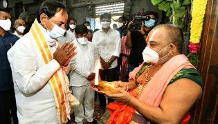 CM KCR visits Laxmi Narasimha swamy temple at Yadagirigutta - Sakshi