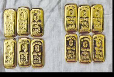 Police Arrested Illegal Gold Biscuit Mafia At Shadnagar  - Sakshi