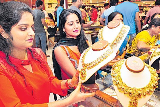 Gold Prices Turn Up As Traders Buy The Dip - Sakshi