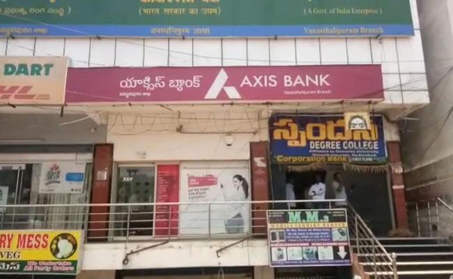 Unknown Persons Stolen 70 Lakhs From ATM Van In Vanasthalipuram - Sakshi
