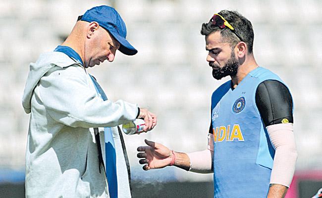 Virat Kohli Cleared off Injury Concern After Hurting Thumb in Training - Sakshi
