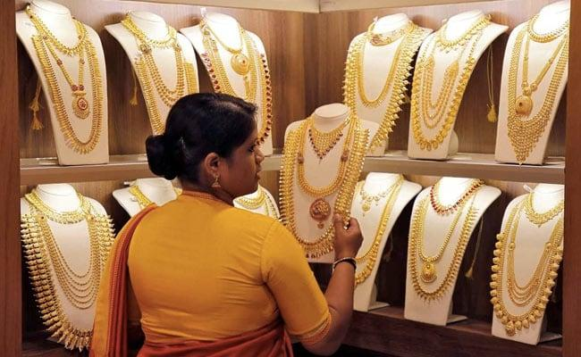Gold Prices Plunge By 600 Rupees On Weak Global Cues - Sakshi