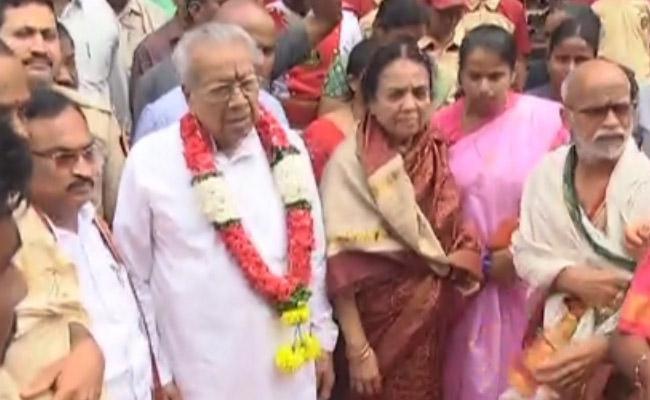 Governor Biswabhusan Harichandan Visits Vijawada Kanaka Durga Temple - Sakshi