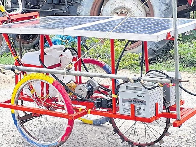 Solar sprayer inventor Subhani receives ICAR award - Sakshi