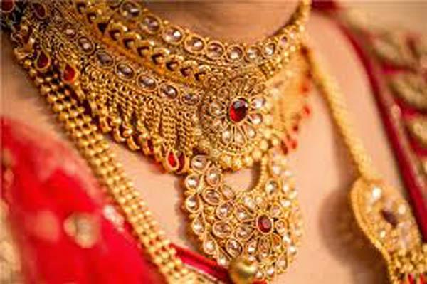 Gold Prices Inched Towards Rs Fifty Thousand - Sakshi