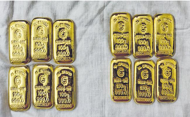 Police Arrested Illegal Gold Biscuit Mafia At Shadnagar  - Sakshi