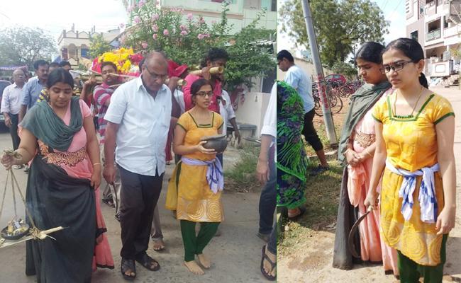 Daughters Complete Father Funeral Programme in Prakasam - Sakshi