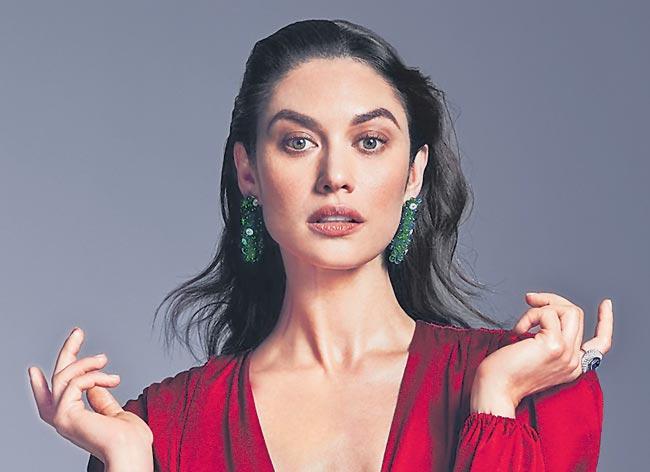 Actor Olga Kurylenko tests positive for coronavirus - Sakshi