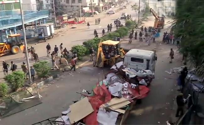 Delhi Police clears the Shaheen Bagh Protesters - Sakshi