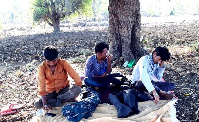 People Not Allowed To Village Due To Lockdown In Nirmal - Sakshi