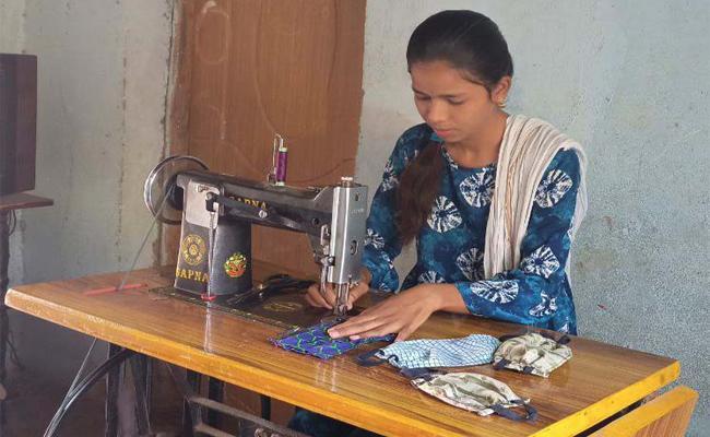 Young Women Ravalika Distribute Masks in Adilabad - Sakshi