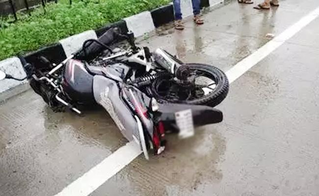Police Constable Deceased in Road Accident West Godavari - Sakshi