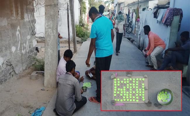 Gambling Play on Roads in Chirala Prakasam - Sakshi