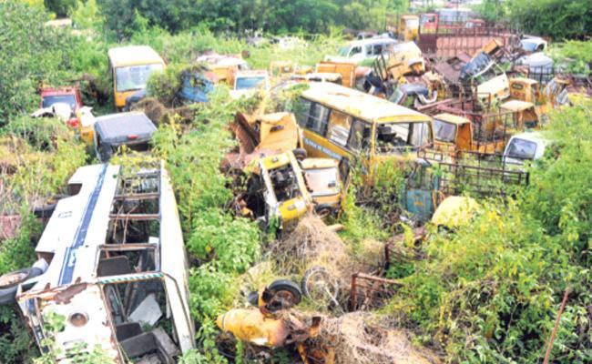 Seized vehicles Dump in Warangal RTA Office Waiting For Auction - Sakshi