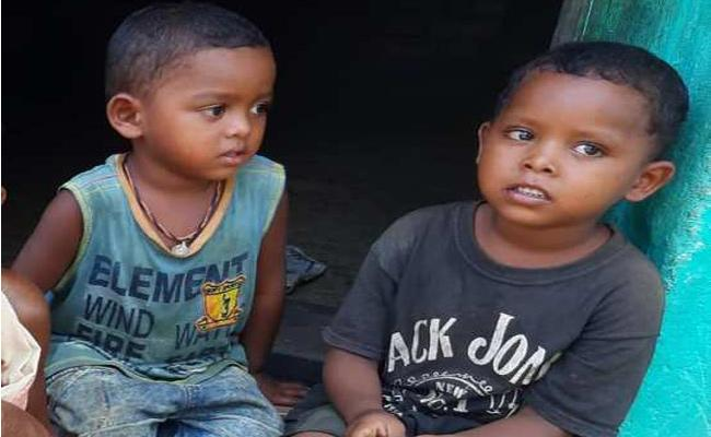 Grand Mother Deceased Orphan Child Waiting For  Help Odisha - Sakshi