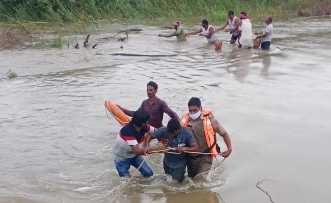 Youth Struck in Musi River Suryapet Police rescue - Sakshi