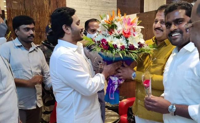 AP CM YS Jagan Reached To Bangalore Airport - Sakshi