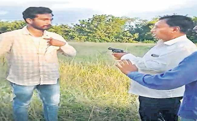 Ex Minister Gutta Mohan Reddy Threatens With Gun At Nalgonda District - Sakshi