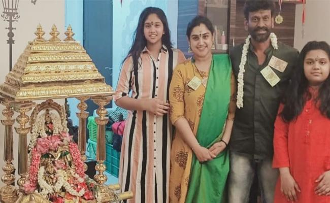 Vanitha Vijayakumar And Peter Paul With Currency Garland - Sakshi