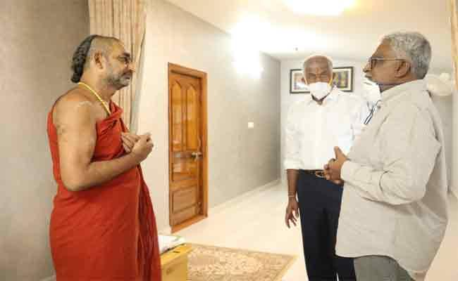 TTD Chairman YV Subbareddy Console Chinnajir Swami - Sakshi