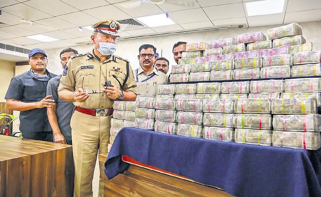 West Zone Task Force Police Arrested A Gang With Huge Amount - Sakshi