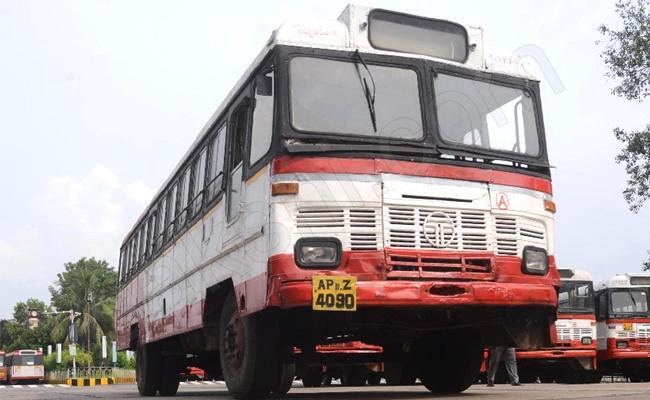 City Buses Started In Vijayawada And Visakhapatnam - Sakshi