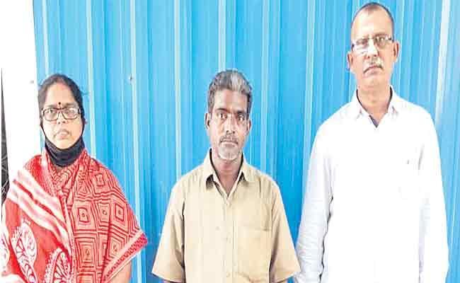 Double Bedroom Fake Letters Money Looting Gang Arrest - Sakshi