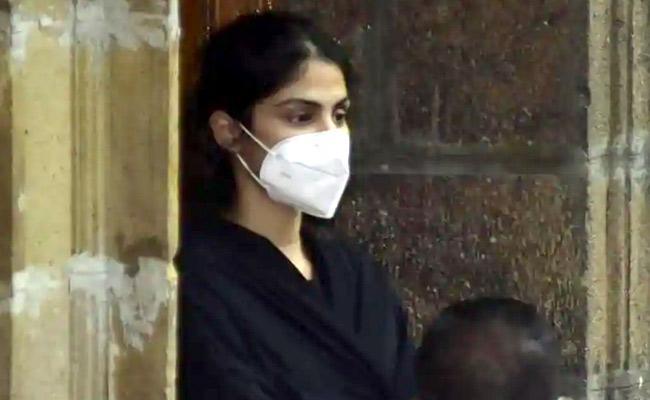 Actress Rhea Chakraborty Judicial Custody Extended Till October 6 - Sakshi