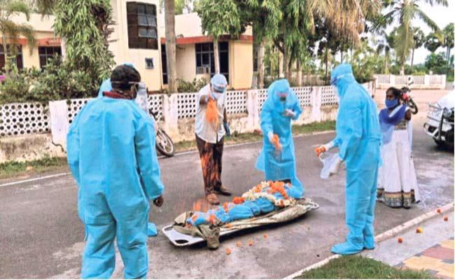 Red Cross Members Doing Funeral Of Corona Deceased Bodies In Srikakulam - Sakshi