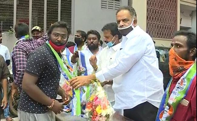150 Workers Join In YSRCP Trade Union - Sakshi