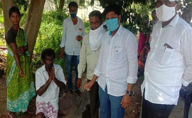 Corona Fear Man Eat Sanitized Chicken In Karimnagar - Sakshi